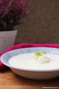 Zupa krem z kalafiora z cebulą i migdałami