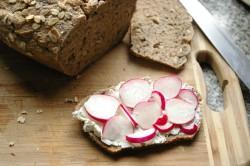 Chleb na zakwasie z rzodkiewką