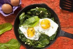 Jajka Sadzone ze Szpinakiem i Orzeszkami Pinii