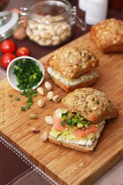 Kanapka z łososiem, serkiem, duszonym porem z chrzanem i pistacjami | Moja Delicja