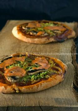 Pizza z łososiem, pieczarkami i cukinią