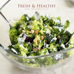 Sałatka z surowego brokuła, żurawiny i migdałów – Fresh&Healthy | Moja Delicja