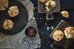 Sakiewki z ciasta francuskiego z kozim serem i konfiturą morelową