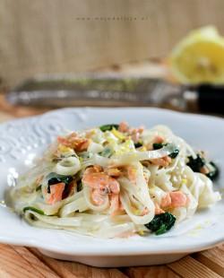 Makaron ryżowy w cytrynowym sosie, z wędzonym łososiem i szpinakiem – Danie w 5 minut | Moja Delicja