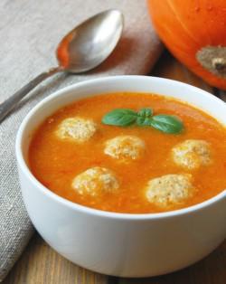 zupa dyniowa z pulpetami i pomidorami