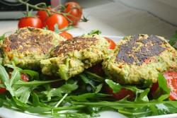 Burgery brokułowe z suszonymi pomidorami na sałatce z rukoli | 365 dni dookoła kuchni.