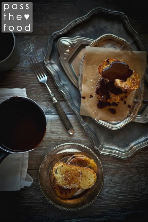 czekoladowe tosty francuskie podane na wiosennym talerzu