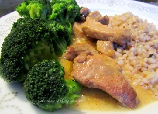 Gulasz z szynki z pęczakiem i brokułami.