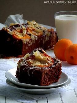 Maślankowe ciasto czekoladowe z morelami i migdałami