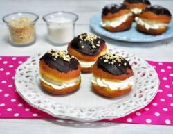 Pączki z czekoladą, bitą śmietaną i orzeszkami