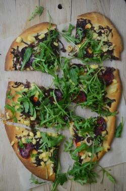 pizza z karmelizowaną czerwoną cebulką, burakami i rukolą