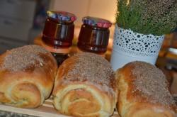 Puszysty chlebek zawijany z bazylią