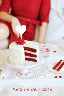 Red Velvet Cake z różą, malinami i białą czekoladą