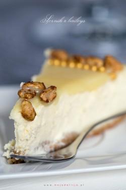 Sernik z Baileys z polewą z białej czekolady oraz karmelizowanymi orzeszkami ziemnymi | Moja Delicja