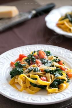 szybki-makaron-ze-szpinakiem-i-pomidorkami-quick-noodles-with-spinach-and-tomatoes,-danie-w-5-minut