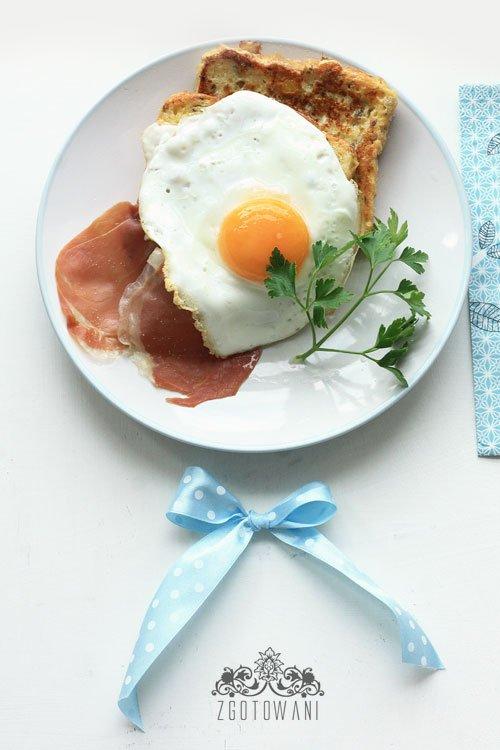 Tost francuski z jajkiem sadzonym i szynka