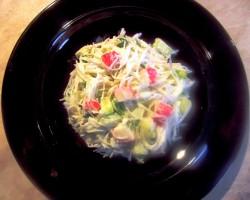 Wiosenna sałatka z makaronu ryżowego, surimi i zielonych ogórków