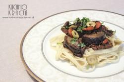 Wołowina z bakłażanem, cebulą i marchewką