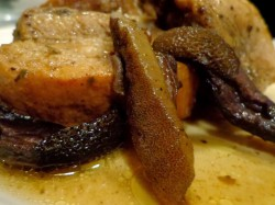 Żeberka z sosem z grzybów leśnych duszone w winie
