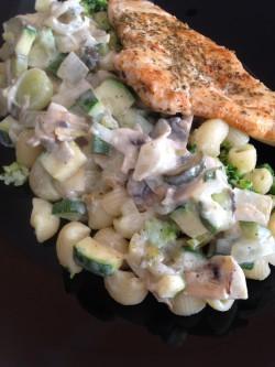 Makaron z warzywami i mięsem.