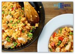 Paella z chorizo i kurczakiem.