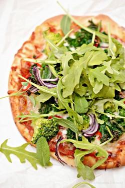 Pizza wegetariańska z jarmużem, brokułem, rukolą i szałwią