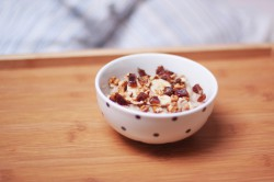 ryż na mleku z bananem, medjoolami i orzechami włoskimi