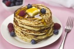 Amerykańskie Pancakes z Syropem i Owocami