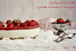 Jogurtowy sernik z galaretką truskawkową z rozmarynem
