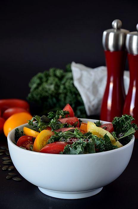 Sałatka jarmużowo – pomidorowa / Raw kale and tomato salad