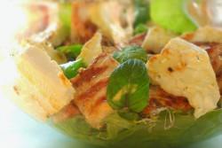 Sałatka z kurczakiem, grillowaną fetą, miętą i miodowym dressingiem