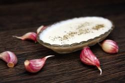 Sos czosnkowy, przepis jak zrobić sos bez majonezu • Netmak