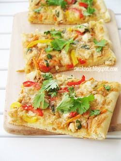 Tajska pizza z kurczakiem i masłem orzechowym