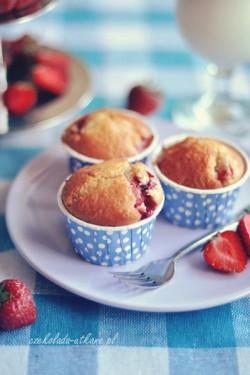 Truskawkowe muffinki z białą czekoladą