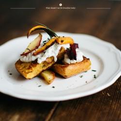 Ziołowe tosty francuskie z pieczonymi warzywami i fetą.