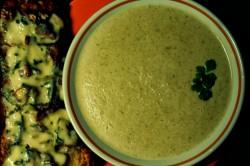 Zupa krem z porów oraz bruschetta z gruszką, orzechami włoskimi i gorgonzolą