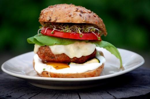 Domowe hamburgery z grillowanymi warzywami