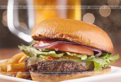 Hamburger wieprzowy z ostrym sosem Remoulade