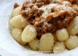 """Kluski """"zbójeckie"""" z surowych kartofli."""