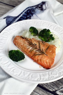 Pieczony łosoś w słodko-ostrej marynacie ze świeżymi ziołami, z ryżem i brokułami | Moja Delicja