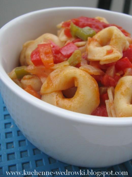 Pierożki w sosie pomidorowym z papryką