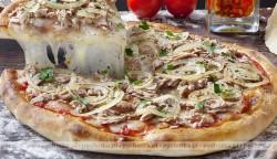Pizza z tuńczykiem, pomidorami i ziołami