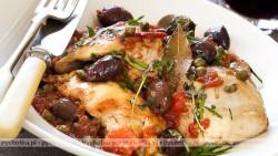 Potrawka z kurczaka z oliwkami i pomidorami.