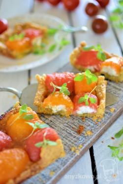 Serowa tarta z karmelizowanymi pomidorami nadzianymi serkiem