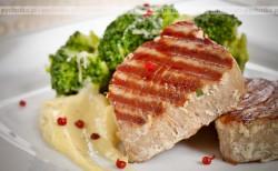 Steki z tuńczyka w czosnkowej marynacie, z grilla