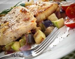 Tilapia lub panga grillowana z warzywami i owocami