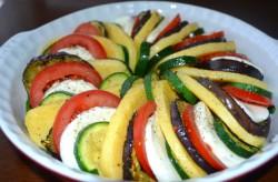 Zapiekanka warzywna z polentą i mozzarellą | POTRAVEL