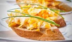 Jajecznica z grzankami