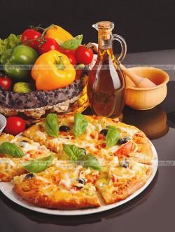 Pizza wegetariańska z oliwkami i pomidorem