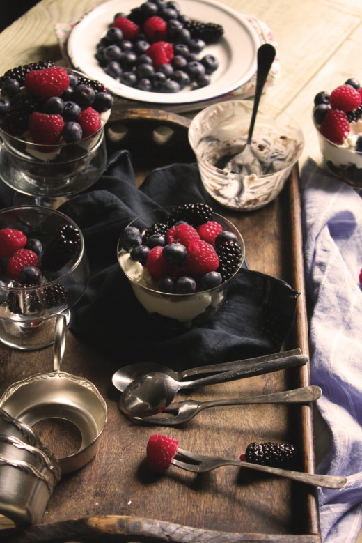 Deser brownie z owocami lata i creme fraiche/ Brownie dessert with fresh berries and creme fraiche